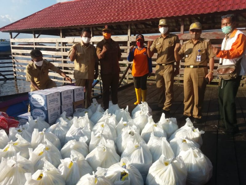 Petugas kelurahan saat hendak membagikan paket sembako, Selasa (28/7).
