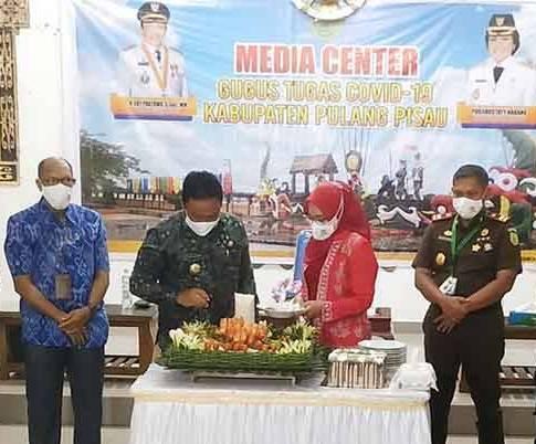 Bupati Pulpis Edy Pratowo saat memotong tumpeng pada acara syukuran memperingati HUT ke 18 Kabupaten Pulpis Kamis (2/7/2020).