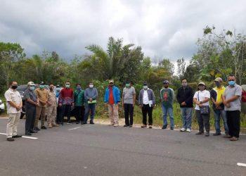 Wakil Bupati Katingan, Sunardi NT.Litang, beserta kepala SOPD mendampingi tim dari kemenkes RI, meninjau lokasi pembangunan RS Pratama di Tumbang Samba. FOTO : Ra