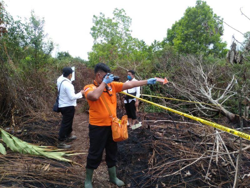 Tim Inafis Polres Palangka Raya melakukan olah TKP Karhutla di Jl Tjilik Riwut Km.10 Palangka Raya, Senin (3/8/2020). Foto : Am