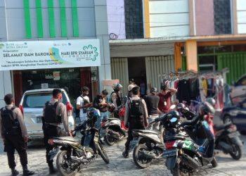 Polisi mengepung pencuri yang sembunyi diatas Plafon di Jalan Raden Saleh Palangka Raya, Senin (3/8/2020) siang. Foto : Am