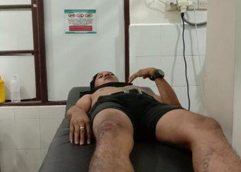 Riswan saat dirawat di rumah sakit usai dikeroyok dan dibacok dengan senjata tajam di Palangka Raya, Senin (3/8/2020) malam. Foto : Am