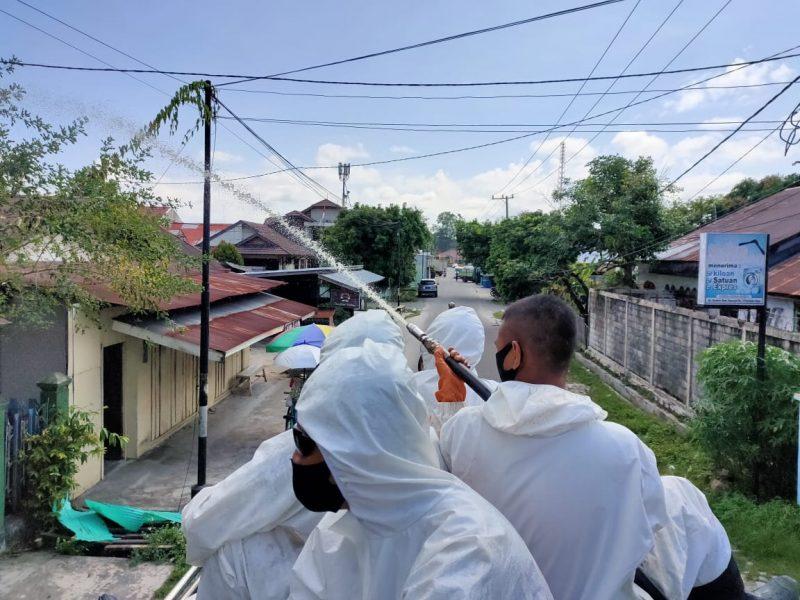 Ditsamapta Polda Kalteng melakukan penyemprotan disinfektan di pemukiman penduduk dan fasilitas umum, Sabtu (8/8/2020) Siang. Foto : Am