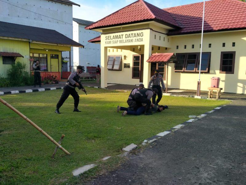 Polsek Katingan Kuala, Polres Katingan, Polda Kalteng, menggelar simulasi Sistem Pengamanan (Sispam) Mako dan Asrama, Rabu (20/08/2020) pukul 15.00 Wib. Foto : MI