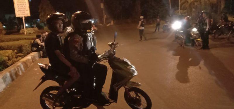 Polisi membubarkan para remaja yang hendak balap liar di Jalan RA Kartini kawasan lapangan Sanaman Mantikei, Sabtu (22/8/2020) Malam. Foto : Am
