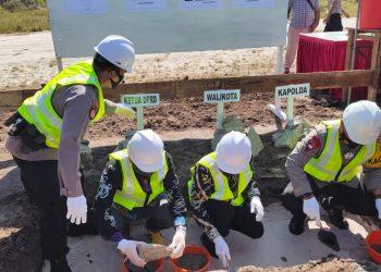 Kapolda Kalteng Irjen Pol Dedi Prasetyo bersama Walikota Palangka Raya Fairid Nafarin dan Wakil Ketua DPRD Kota Palangka Raya meletakan batu pertama pembangunan Polsek Jekan Raya, Kamis (13/8/2020). Foto : Am