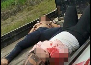 Kedua korban saat dievakuasi ke dalam pikap Senin (3/8).