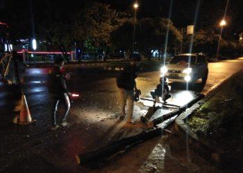 Tim ERP saat mengevakuasi pohon tumbang, Rabu (5/8) malam.