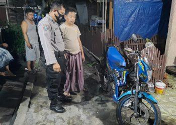 Kanit ll SPKT Aiptu Irawan saat mengecek lokasi kejadian Jumat (7/8).