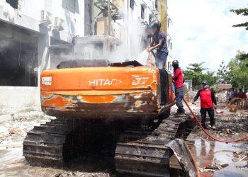 Satu Eksavator terbakar saat melakukan penimbunan tanah Jumat (7/8).