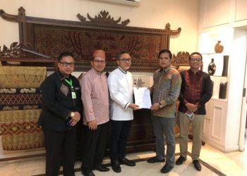 Ketua Umum DPP PAN Zulkifli Hasan saat menyerahkan rekom kepada Rudini dan Samsudin.