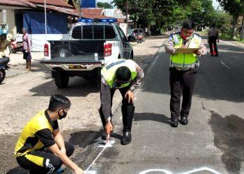 Anggota Satlantas Polresta Palangka Raya saat melakukan olah TKP di lokasi kejadian Jumat (7/8).