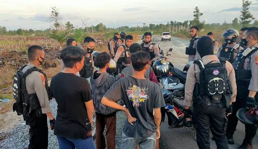 Anggota polisi saat mengamankan para remaja balap liar Senin (10/8).