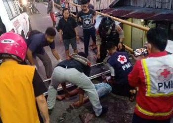 Korban saat dievakuasi warga seusai kejadian Senin (10/8).