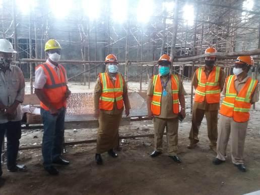Bupati Kobar Hj Nurhidayah didampingi Kepala Dinas PUPR Kobar saat meninjau pembangunan gedung serbaguna baru-baru ini.