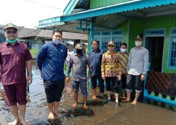 Rombongan Komisi C DPRD Kobar saat meninjau salah satu pemukiman warga yang terkena banjir, Rabu (12/8).