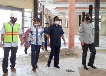 Rombongan Komisi C DPRD Kobar saat meninjau gedung serbaguna Rabu (12/8).