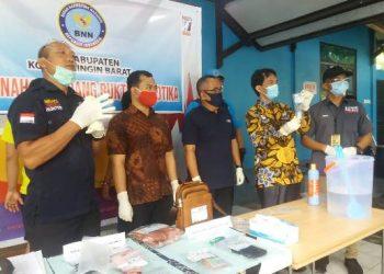 Kepala BNNK Kobar AKBP I Wayan Korna saat memimpin kegiatan pemusnahan barbuk sabu, Jumat (14/8/2020).