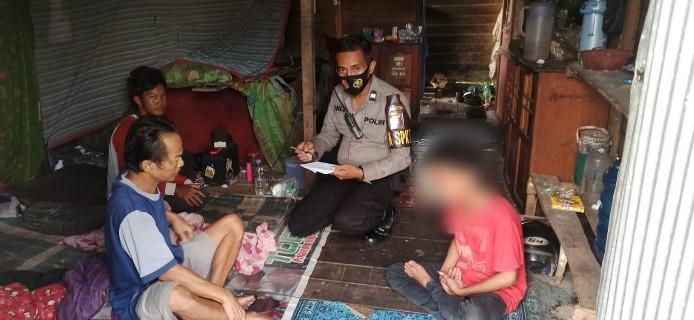 Korban saat diantar ke rumah keluarganya, Jumat (14/8).
