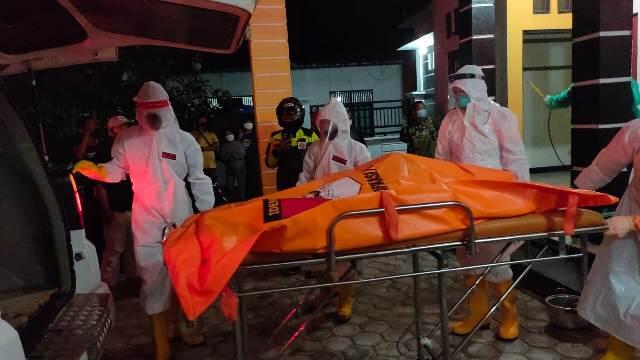 Jasad korban saat dievakuasi petugas medis Jumat (14/8) malam.