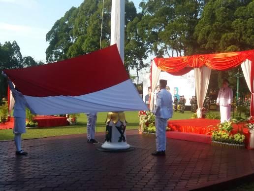 Petugas Paskibraka saat mengibarkan bendera saat memperingati HUT RI di halaman Kantor Bupati Kobar Senin (17/8).
