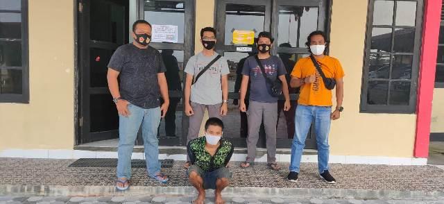 Tersangka saat diamankan anggota Satreskrim Polres Katingan Selasa (18/8).