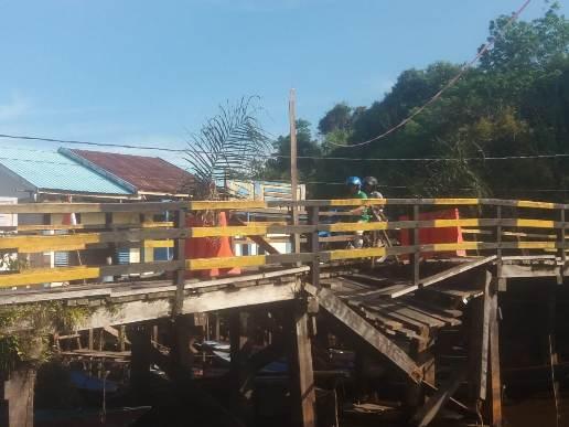Kondisi jembatan saat mengalami kerusakan ambruk disebelahnya saat dipoto Rabu (19/8).