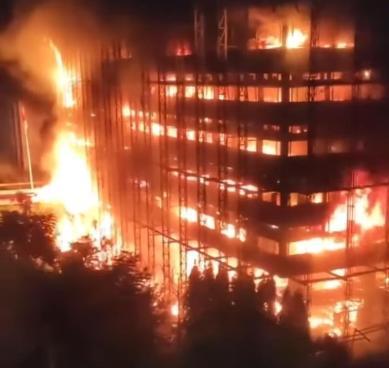 Kobaran api saat melahap bangunan gedung Kejagung Sabtu (22/8) malam.