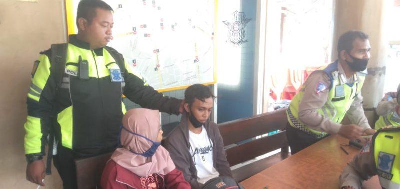 Kedua pelaku saat diamankan anggota Satlantas Polresta Palangka Raya Senin (24/8) pagi.