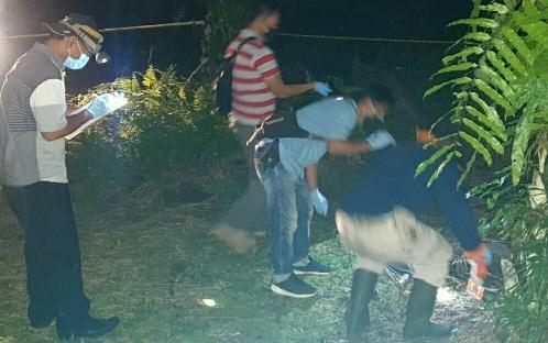 Anggota identifikasi dari Polres Kobar saat mengevakuasi tengkorak yang ditemukan di areal perkebunan sawit Desa Runtu Kamis (27/8).