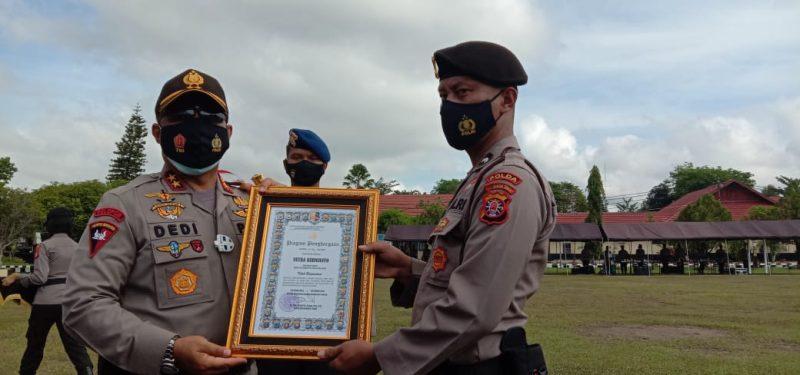 Kapolda Kalteng Irjen Dedi Prasetyo saat memberikan penghargaan kepada perwakilan personel Ditsamapta Polda Kalteng, Rabu (2/9/2020). Foto : Am