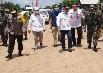 Gubernur Kalteng meninjau kondisi jalan di Desa Gadabung, Kabupaten Pulang Pisau, Sabtu (12/9/2020). Foto : Hms