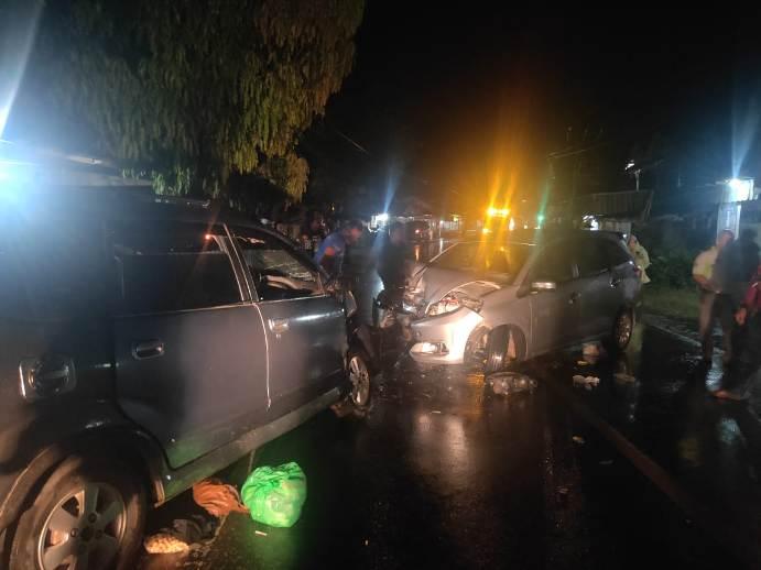Kedua mobil saat terlibat tabrakan seusai kejadian Senin (31/8) tadi malam.
