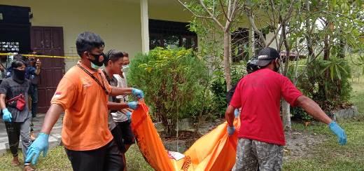 Petugas saat mengevakuasi jasad korban seusai ditemukan Senin (31/8).