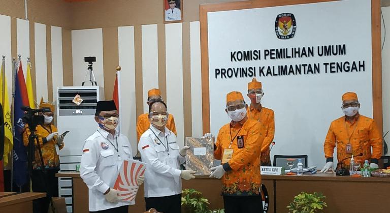 Pasangan Ben-Ujang saat menyerahkan berkas pendaftaran kepada Ketua KPU Kalteng Harmain Sabtu (5/9).
