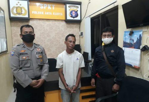 Pelaku saat diamankan di Mapolsek Jaya Karya Senin (7/9).