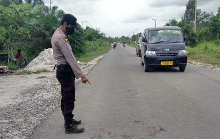 Anggota Polsek Jaya Karya saat menujukan TKP kejadian Minggu (6/9).