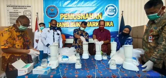 Kepala BNNP Kalteng bersama unsur FKPD terkait saat memusnahkan barbuk obat zenith Jumat (11/9).