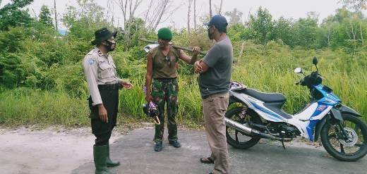 Oknum penderita gangguan jiwa saat dibujuk anggota polisi untuk diamankan Minggu (13/9).
