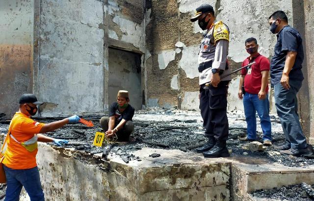 Pelaku saat memperagakan adegan sebelum terjadinya kebakaran  dalam rekontruksi digelar Selasa (15/9).