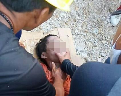 Korban saat dievakuasi petugas security seusai ditemukan Selasa (15/9).