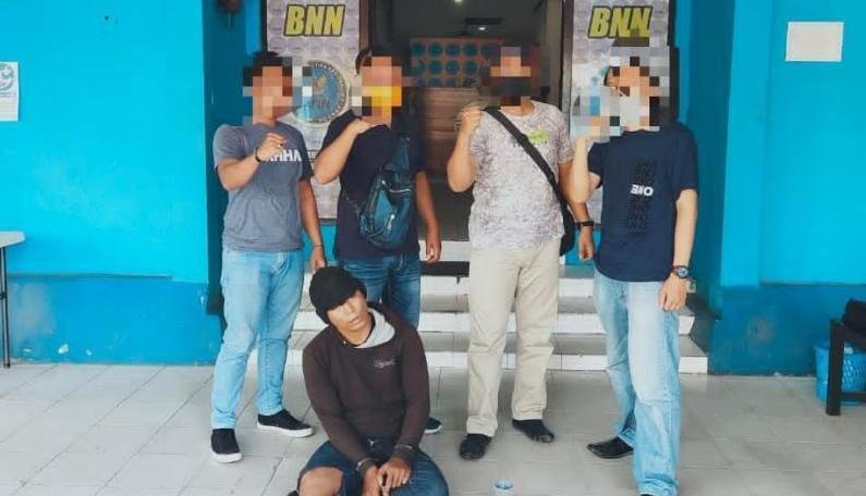 Pelaku saat diamankan anggota BNNK Kobar Sabtu (20/9).