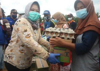 Bupati Kobar Hj Nurhidayah saat menyerahkan bantuan Selasa (22/9).