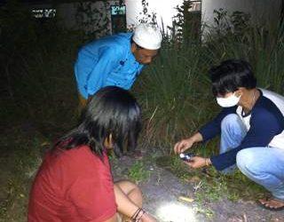 Anggota saat mengeledah barang bukti dan menangkap pelaku Senin (22/9).