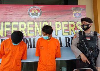 Dua pelaku curanmor saat diamankan di Mapolresta Palangka Raya, Rabu (23/9).