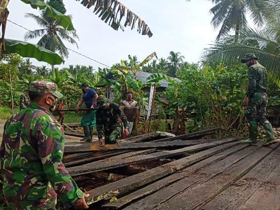 Anggota TMMD Kodim 1015 Sampit saat bergotong royong membangun jembatan Desa Bapinang Hilir.