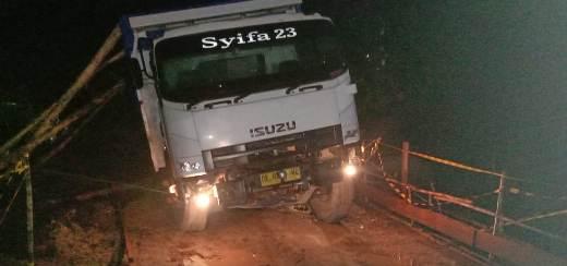 Truk saat amblas mengakibatkan kemacetan pengguna jalan lainnya.