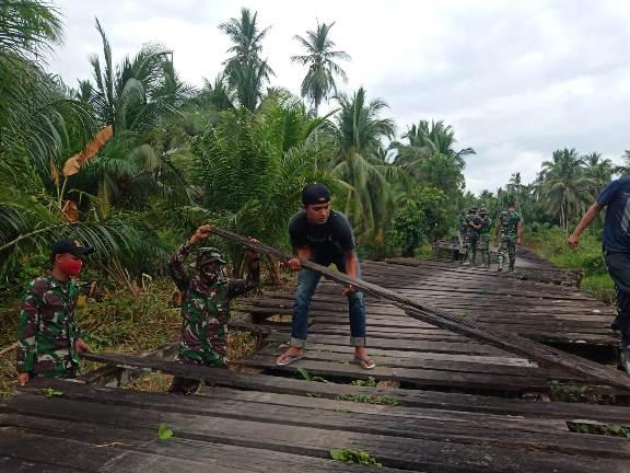 Masyarakat dan prajurit TNI bahu-membahu memperbaiki jembatan yang menjadi salah satu sasaran fisik TMMD Reguler ke-109 di Desa Bapinang Hilir dan Babirah.