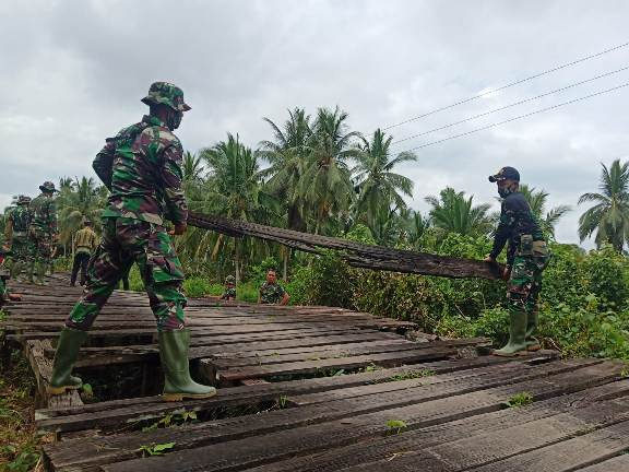 Anggota TMMD saat membongkar jembatan.