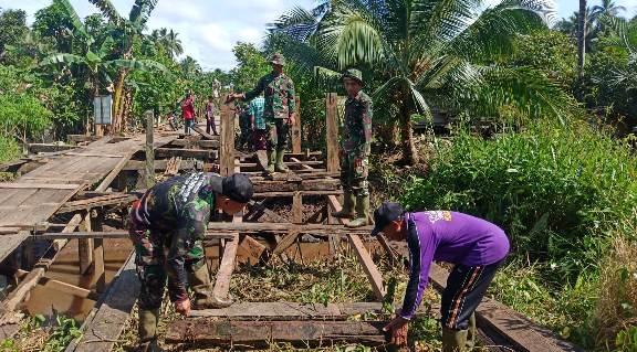 Anggota TNI Kodim 1015 Sampit saat membangun jembatan bersama warga Sabtu (26/9).